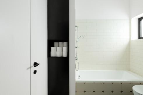 חדר הרחצה המשותף, בעיצוב פשוט המתאים להקשר המקומי (צילום: גדעון לוין)