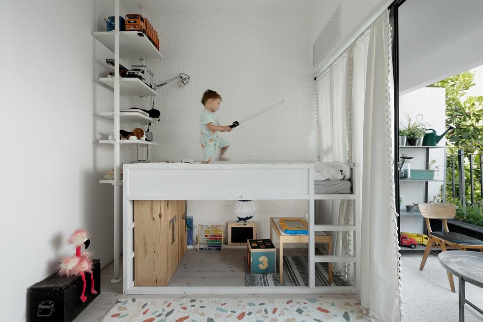 בחדרו של הבן הקטן מיטה מוגבהת המאפשרת עוד מרחב משחק, ומדגישה את התפיסה שהשינה היא לא השימוש העיקרי בחדר (צילום: גדעון לוין)