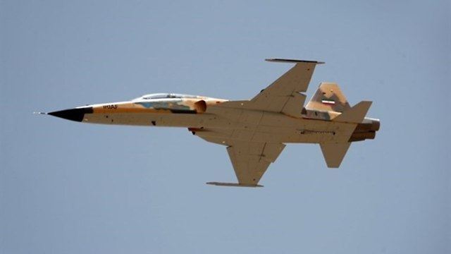 איראן חושפת מטוס קרב איראני ()