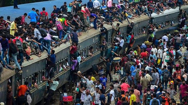 בנגלדש דאקה אנשים על רכבת נוסעים ל חג הקורבן (צילום: AFP)