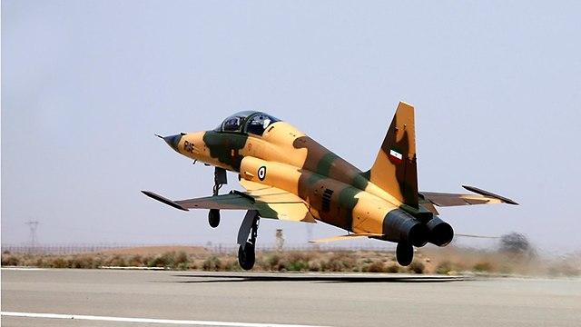 איראן חושפת מטוס קרב איראני (צילום: AFP)