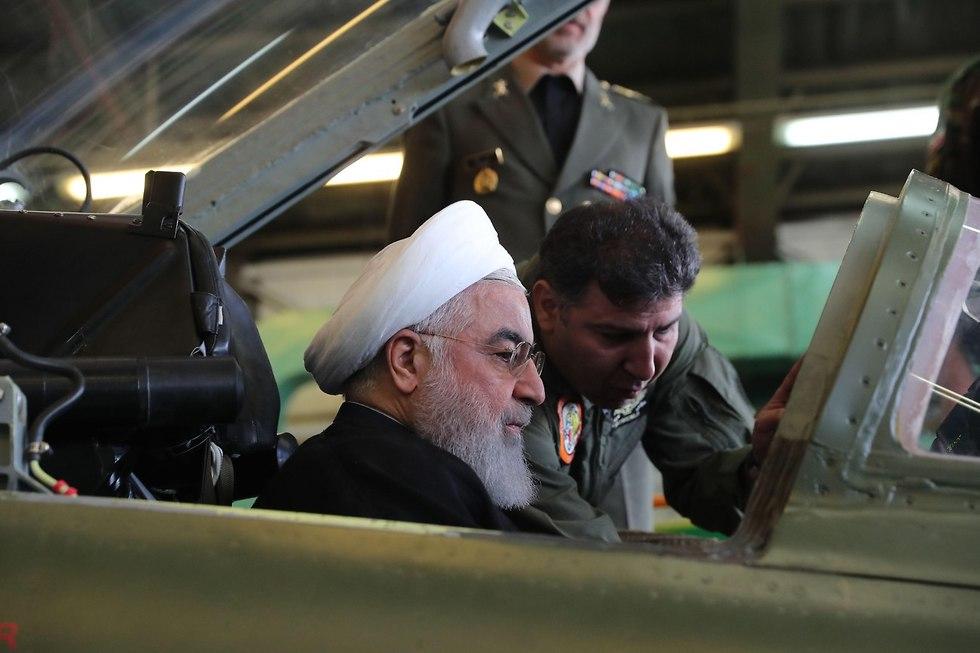 איראן חושפת מטוס קרב איראני חסן רוחאני (צילום: AFP)