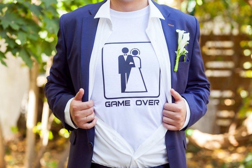 חולצת חתן שוביניסטית (צילום: Shutterstock)