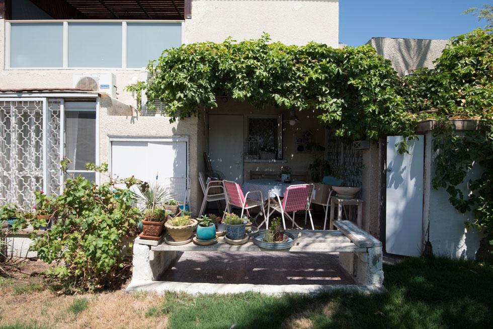 חצר של דירת גן בבית המדברי. ב-1971, כאשר נחנך המבנה, הוא היה חדשני מאוד בצורתו (צילום: ליאור גרונדמן)