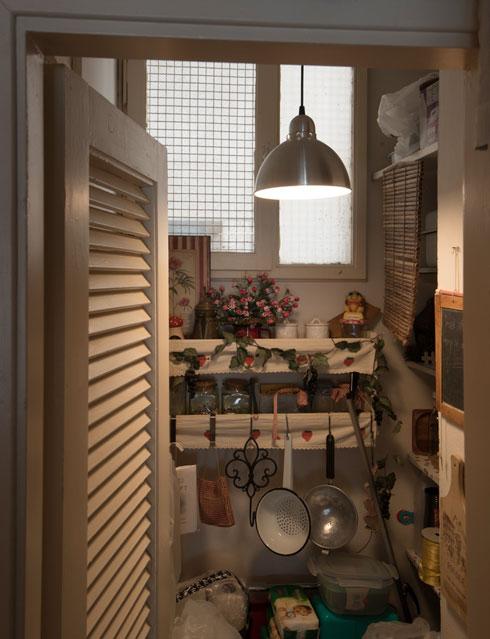 כאן גרים בכיף גם היום. חלונות המטבחים פונים לפיר הפנימי, והניחוחות באים באפם של הנכנסים (צילום: ליאור גרונדמן)