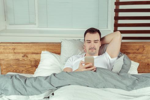 גברים שמדברים בסלולרי במשך יותר משעה ביום מכפילים את הסיכון לפגיעה בריכוז הזרע שלהם (צילום: Shutterstock)