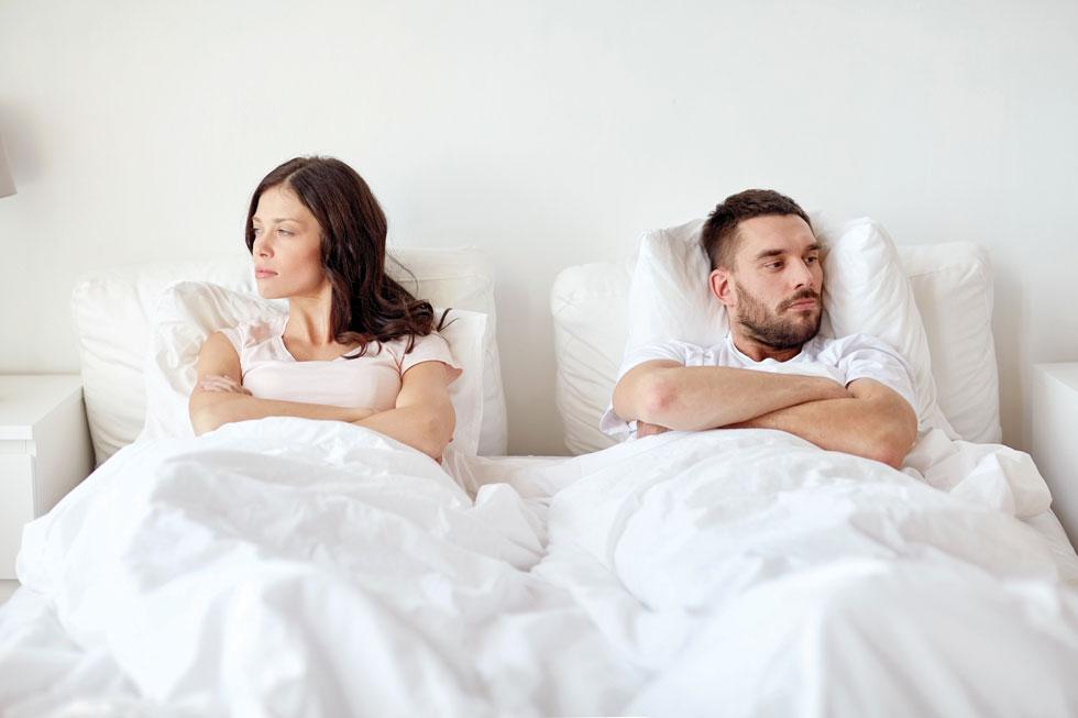 """"""" זוגות שרק מסמסים זה לזה חיים יחד כמו שני אנשים זרים ולא יודעים איך לדבר, איך לשאול שאלה, להקשיב לתשובה ולהתחשב"""" (צילום: Shutterstock)"""