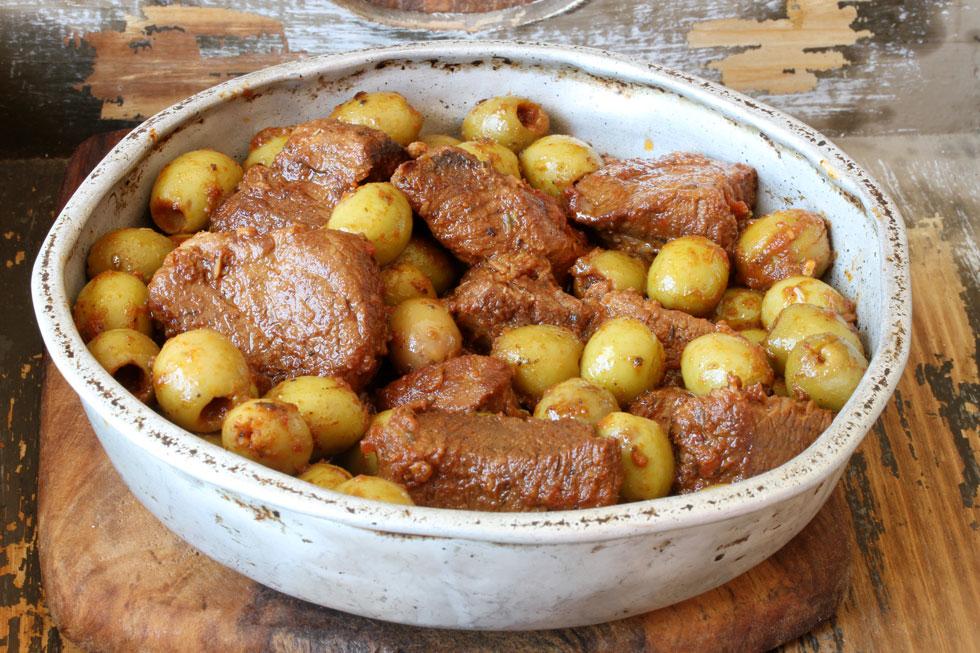 זיתים מבושלים עם בשר בקר (צילום, סגנון והכנה: אסנת לסטר)