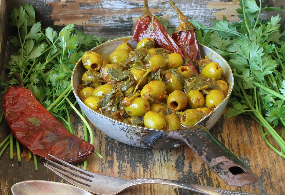 זיתים מבושלים עם כוסברה ופטרוזיליה (צילום, סגנון והכנה: אסנת לסטר)