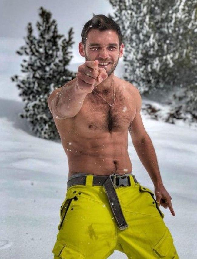 הגיוני להוריד לחולצה בשלג. דין מירושניקוב (צילום: אינסטגרם)