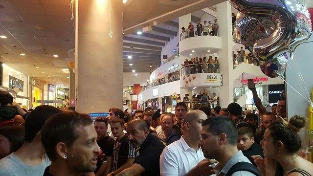 התנפלות על חנות שיאומי בתל אביב (צילום: ליהי קרופניק)