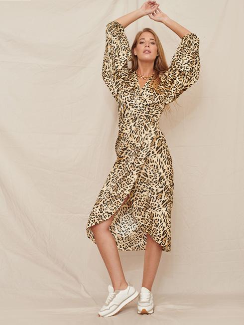 שמלה מנומרת תקבל טוויסט קליל עם נעלי סניקרס. לילך אלגרבלי (צילום: גלעד בר שלו)