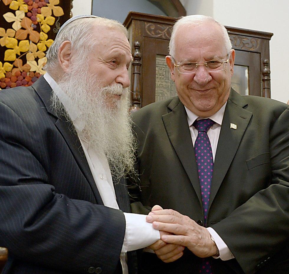 עם הנשיא בהכנסת ספר תורה לבית הרב קוק (צילום: ברק ניימן, לע