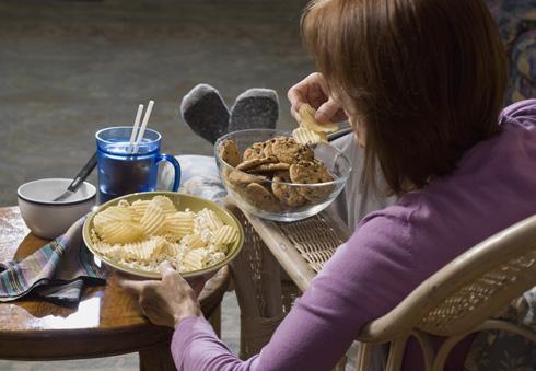 אכילה בכל שעות היום והלילה של חטיפים שונים, אינה מאפשרת למערכת העיכול לנוח ומשאירה את מנגנוני ייצור השומן בכוננות ללא הפסקה (צילום: Shutterstock)