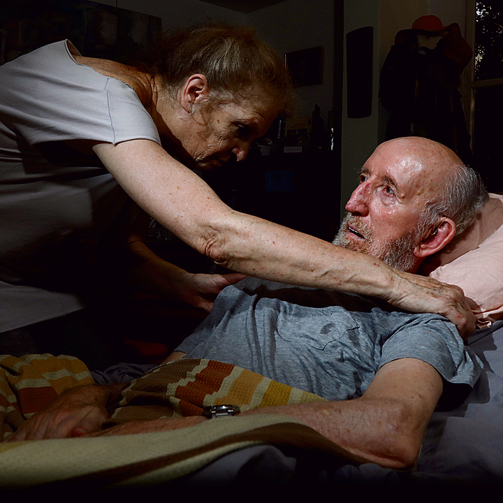 השחקן שמואל וולף במיטתו. לאחר שההצגה תעלה אולי הוא ימות, כאן בבית   צילום: שאול גולן