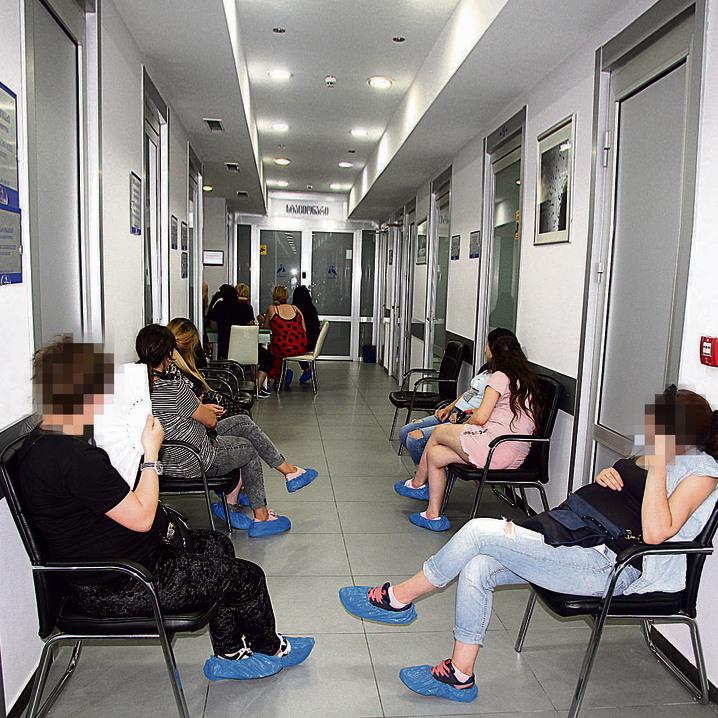 """פונדקאיות ממתינות במסדרון לבדיקת הרופא. """"אם ארצה תינוק"""", אומרת אחת מהן, """"אעשה לבד"""""""