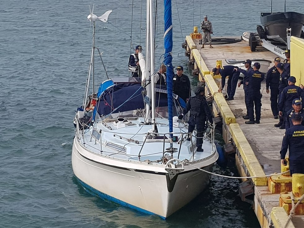 The Colombian Navy raids the boat