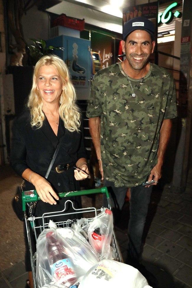 ניצלו את ההזדמנות לקניות. סנדרה רינגלר ושגב משה (צילום: אמיר מאירי)