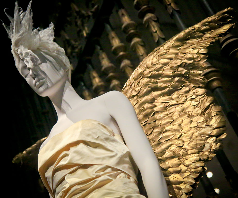 """מבקשת """"לבחון את יחסי הגומלין המתמשכים של עולם האופנה עם מנהגי הדת והמסורות הקתוליות"""" (צילום: AP)"""