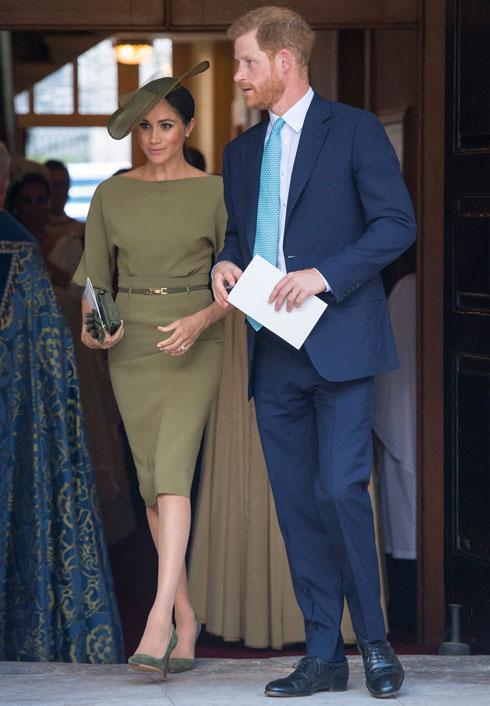 מגיעה לטקס ההטבלה של הנסיך לואי בשמלה אלגנטית בצבע זית של ראלף לורן וכובע בצבע תואם בעיצוב סטיבן ג'ונס, במראה שמטרתו לא להאפיל, חלילה, על המארחת קייט מידלטון  (צילום: AP)