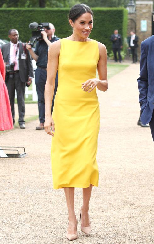 אחד הלוקים המפתיעים של מרקל בחודשים האחרונים, בשמלה ללא שרוולים בצבע צהוב קנרית של ברנדון מקסוול  (צילום: Yui Mok/GettyimagesIL)