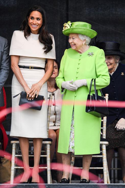 """מה לובשים לסיור רשמי ראשון עם המלכה? מרקל הלכה """"על בטוח"""" בשמלת צינור בצבע שמנת של ז'יבנשי עם חלק עליון מכסה כתפיים. צנוע, אלגנטי ושמרני  (צילום: Jeff J Mitchell/GettyimagesIL)"""