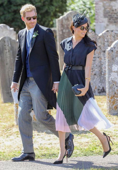 כמו קייט מידלטון, גם מייגן מרקל רוצה להראות שהיא יודעת להתלבש בסטייל גם עם מותגים עממיים יותר. ביום הולדתה ה-37 בחרה בשמלת פליסה של המותג קלאב מונקו, כשהגיעה לחתונה של חברים של בעלה  (צילום: rex/asap creative)
