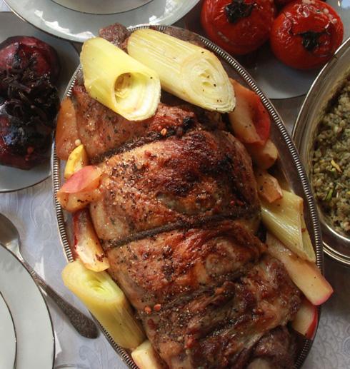שוק טלה ממולאת בפריקי ובתפוחים (צילום: תמר אמור)