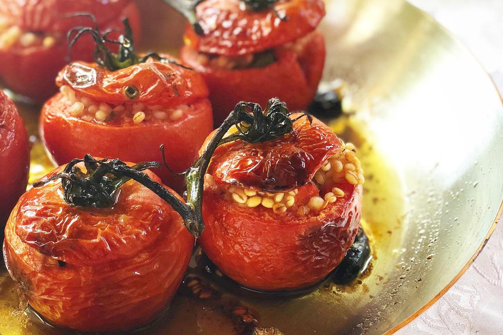 עגבניות ממולאות בגריסים ובשר (צילום: תמר אמור)
