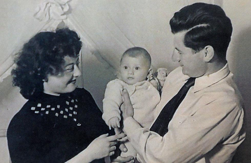 """כתינוקת, עם הוריה. """"חוסר הביטחון שספגתי מהם הפך לאבר נוסף בגוף שלי"""" (צילום רפרודוקציה: דנה קופל)"""