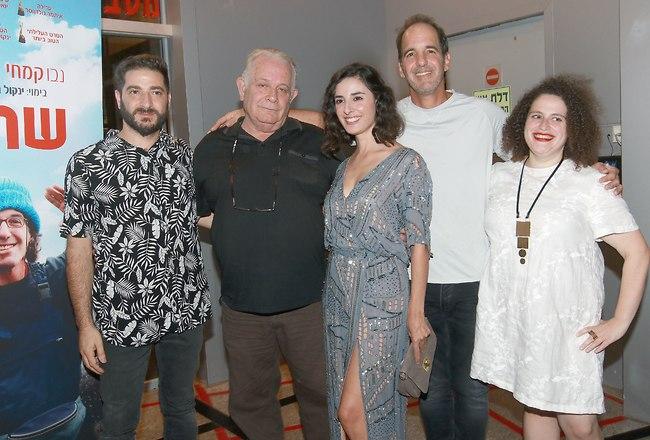 הקאסט לצד הבמאי ינקול גולדווסר (צילום: ענת מוסברג)