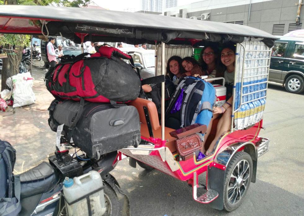 """מגיעים לפנום פן בקמבודיה. """"הצלחנו להיכנס כולנו, כולל כל הציוד, לטוקטוק אחד"""" (צילום: שטרית בדרכים)"""