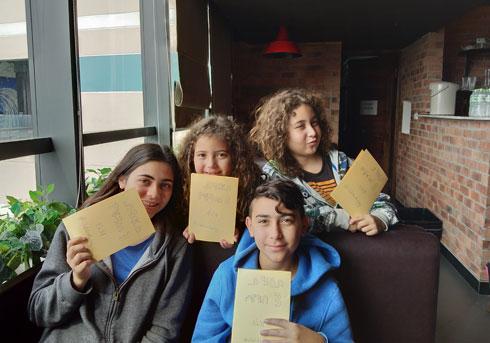 עומר, אור, עמית ואריאל בהאנוי, ויאטנם. יום קבלת התעודות בבתי הספר בישראל. החלטנו שגם להם מגיעה תעודה, בלי ציונים, על התהליכים שהם עוברים בטיול (צילום: שטרית בדרכים)