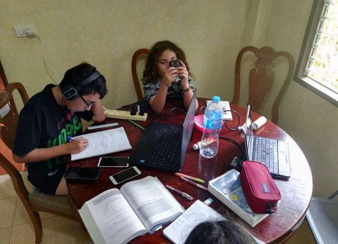עומר ואור לומדים מתמטיקה בבית ששכרנו בקופנגן (צילום: שטרית בדרכים)