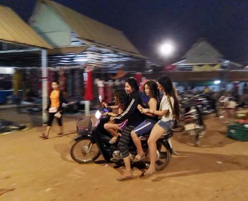 אריאל, עומר ועמית על אופנוע אחד, יחד עם מורה לריקוד מקומית, שבביתה גרנו (צילום: שטרית בדרכים)