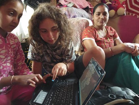 נתנו את המחשב הנייד שלנו במתנה למשפחה של פרם, הפורטר שלנו בטרק וכאן עומר מלמד את בני המשפחה איך משתמשים בו (צילום: שטרית בדרכים)
