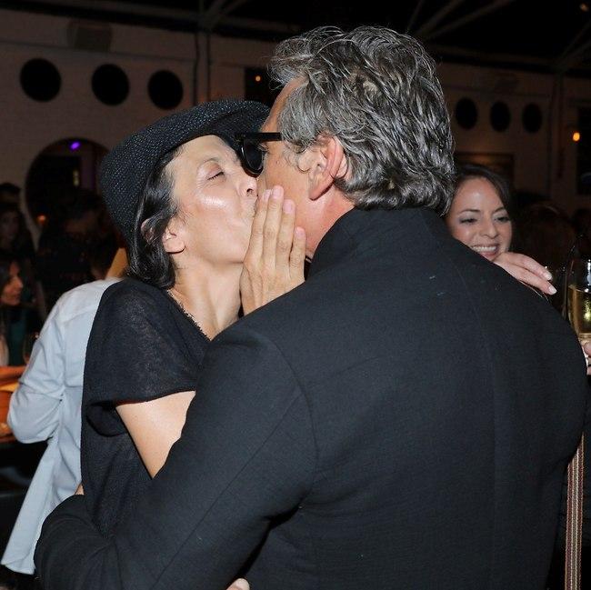 נשיקה מתעתעת. אלון אבוטבול ואסי לוי (צילום: רפי דלויה)