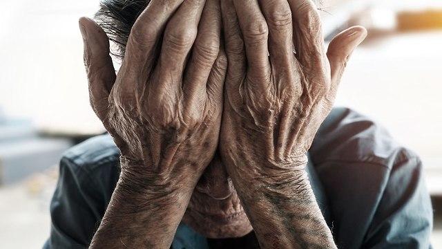 אילוסטרציה התעללות בקשישים (צילום: shutterstock)