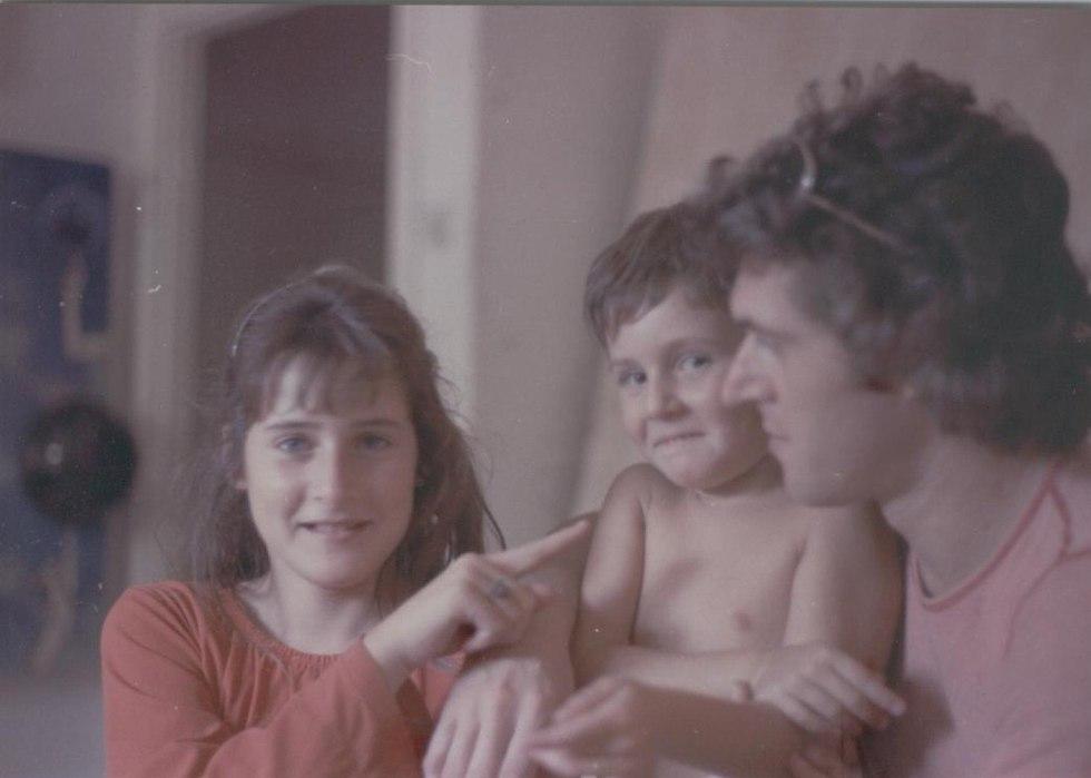 מרתה ונטליה ויזלטיר עם אביהן בילדותן (צילום: גידי לוי)