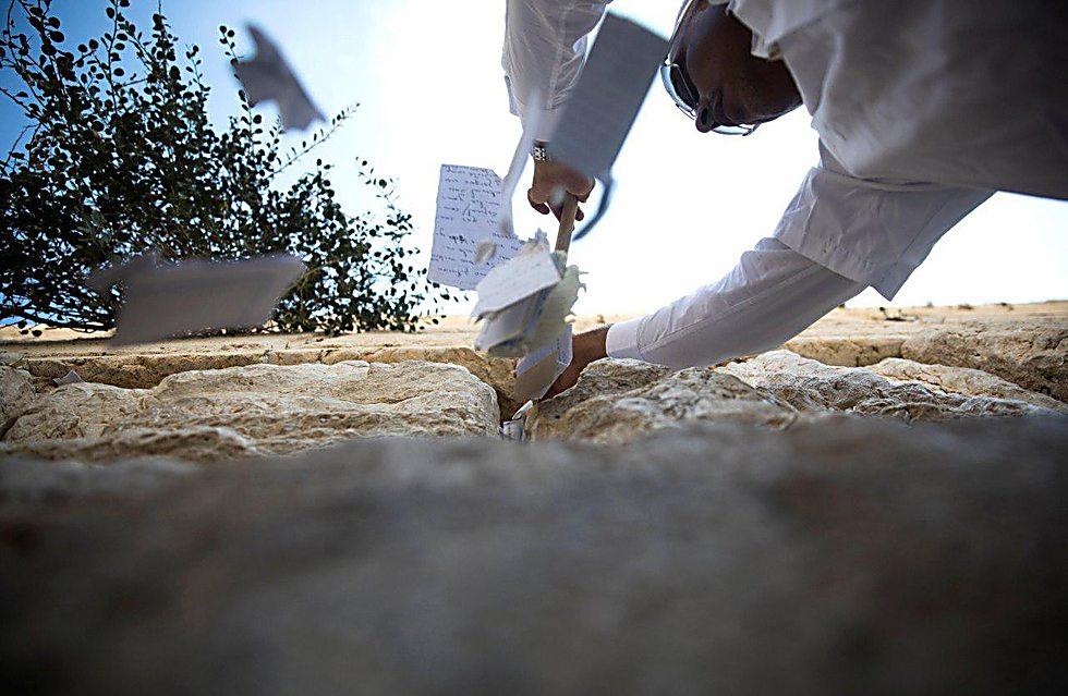ניקוי הפתקים בכותל (צילום: רויטרס)