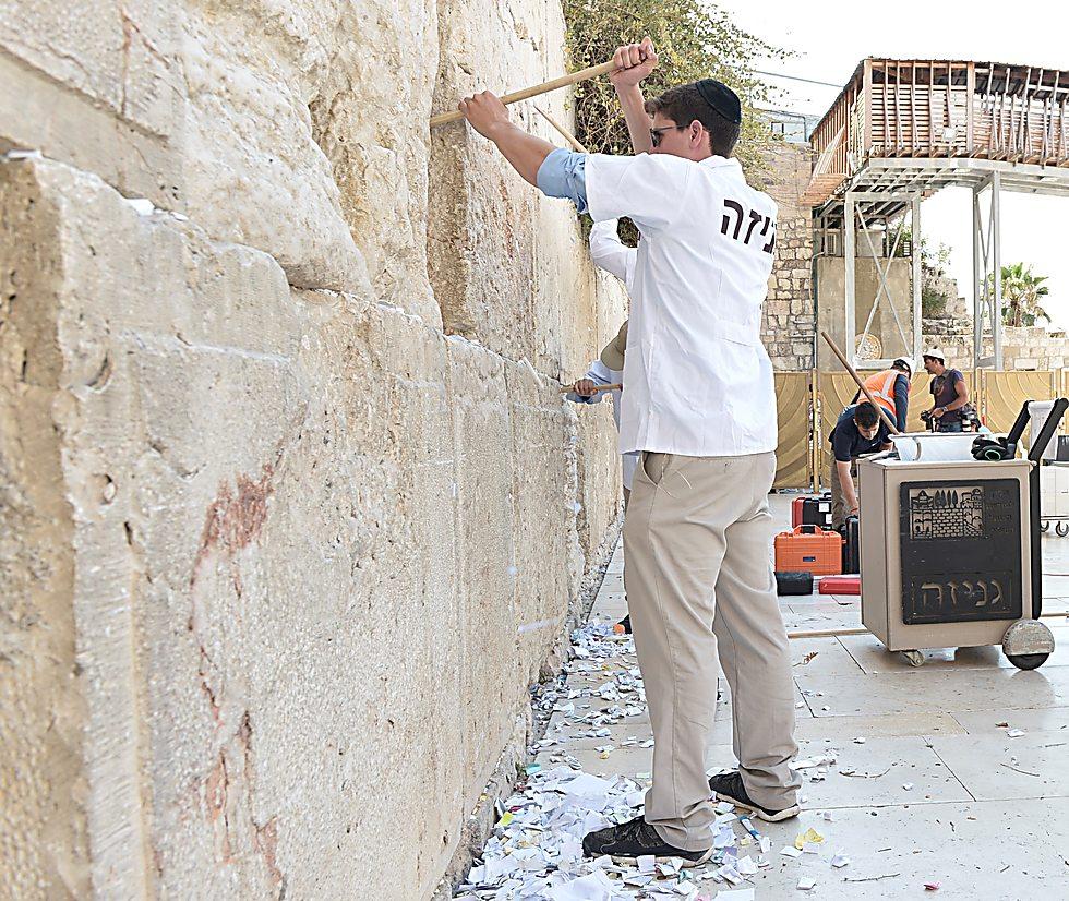 Выемка записок из Стены плача. Фото: Фонд наследия Стены