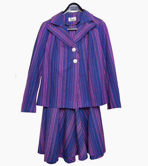 """חליפת פסים סגולה. """"אני מאוד אוהבת את שילוב הצבעים בין הסגול לכחול. זה בד שעשינו במגוון רחב של שילובים, והיה אחד הנמכרים במשכית"""" (צילום: ענבל מרמרי)"""