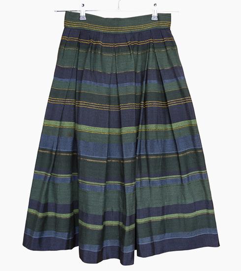 """חצאית פסים. """"זאת החצאית הראשונה שארגתי כאורגת עצמאית בתום לימודיי בבצלאל. היא עשויה חוטי כותנה שרכשתי במחנה יהודה בירושלים. מאוד התגאיתי בה, כי היא היתה חצאית שבת כזו""""  (צילום: ענבל מרמרי)"""
