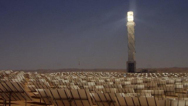 מגדל תחנת הכוח הסולארית באשלים (צילום פטריק מזוז)