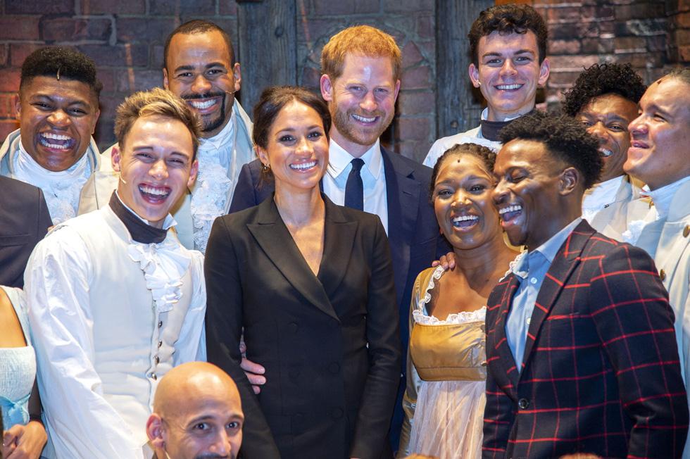 """שוקלת לעלות לבמה? מרקל עם השחקנים של המחזמר """"המילטון"""" (צילום: Dan Charity/GettyimagesIL)"""