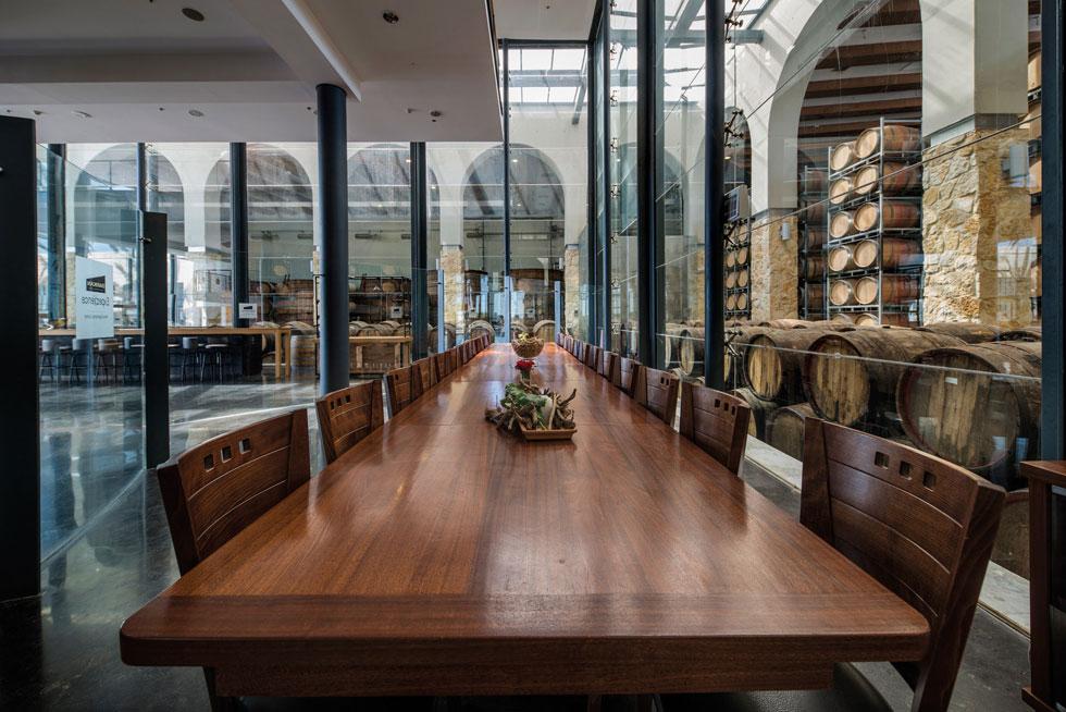 יקב ברקן בקיבוץ חולדה. הספר מתעד את מעגל חייו של הכרם לאורך עונות השנה, וגם את פרטי הפרטים של ייצור היין ואחסונו (צילום: אילן נחום)