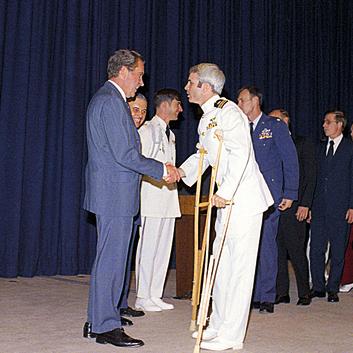 נפגש עם הנשיא ניקסון בשובו מווייטנאם