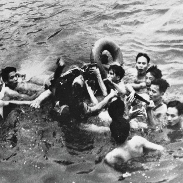 רגע השבי ב־ 1967 . המקומיים משו אותו מהאגם אחרי ששבר שתי ידיים ורגל כשנטש את המטוס