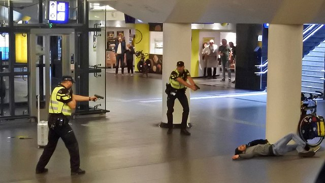 Police shoot suspected terrorist in Amsterdam central station (Photo: AP)