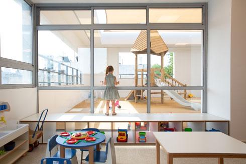 חלונות הזכוכית מאפשרים קשר עין בין כיתת הגן לחצר הצמודה (צילום: דור נבו)